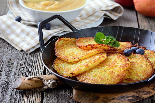 kartoffel-pfannkuchen - haschee stock-fotos und bilder
