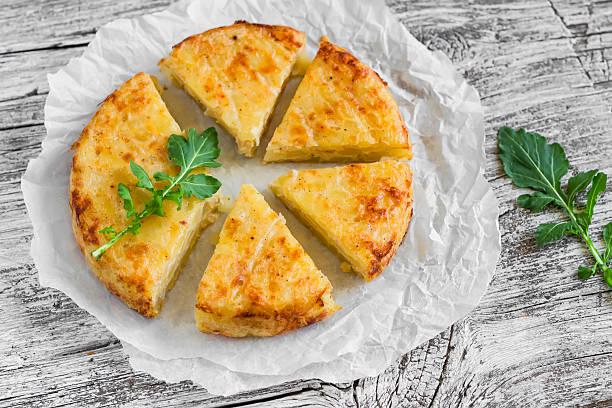 kartoffel-tortilla auf hellem holz oberfläche - kartoffel frittata stock-fotos und bilder