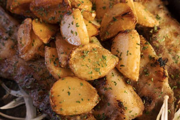 Kartoffeln aus dem Ofen mit Petersilie aus nächster Nähe – Foto