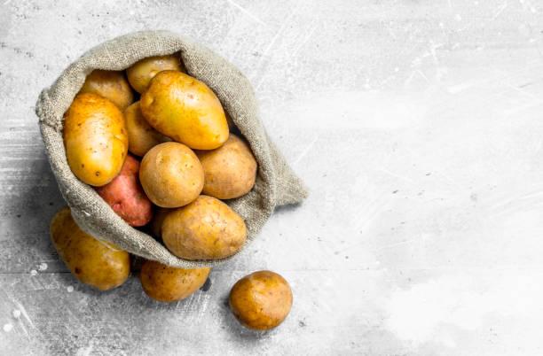 袋子裡的土豆 - 薯仔食品 個照片及圖片檔