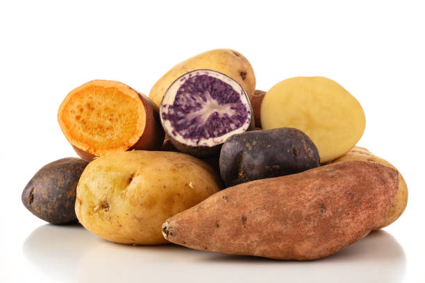potatoes on white - warzywo korzeniowe zdjęcia i obrazy z banku zdjęć