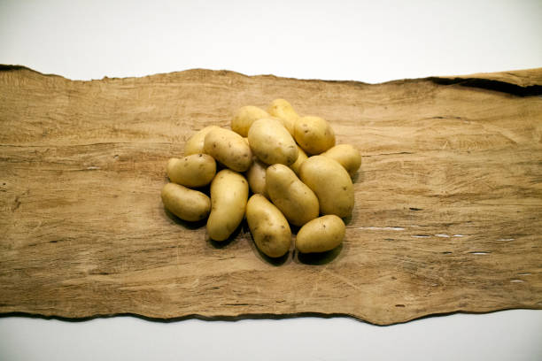 potatoes_on_wood_upright – Foto