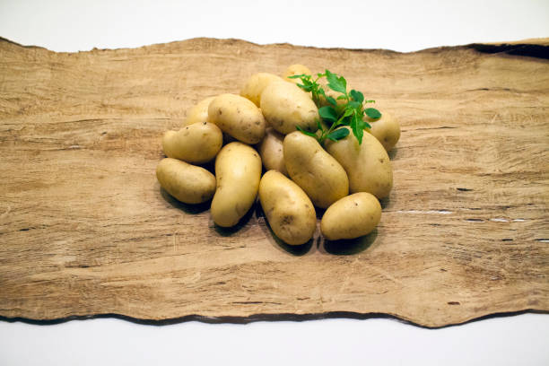 potatoes_on_wood_with_herb – Foto