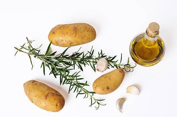 kartoffeln, rosmarin, olivenöl und knoblauch - knoblauchkartoffeln stock-fotos und bilder