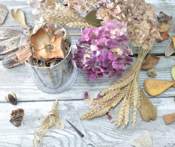 potpourri en un frasco de vidrio y ramo de flores secas - foto de stock