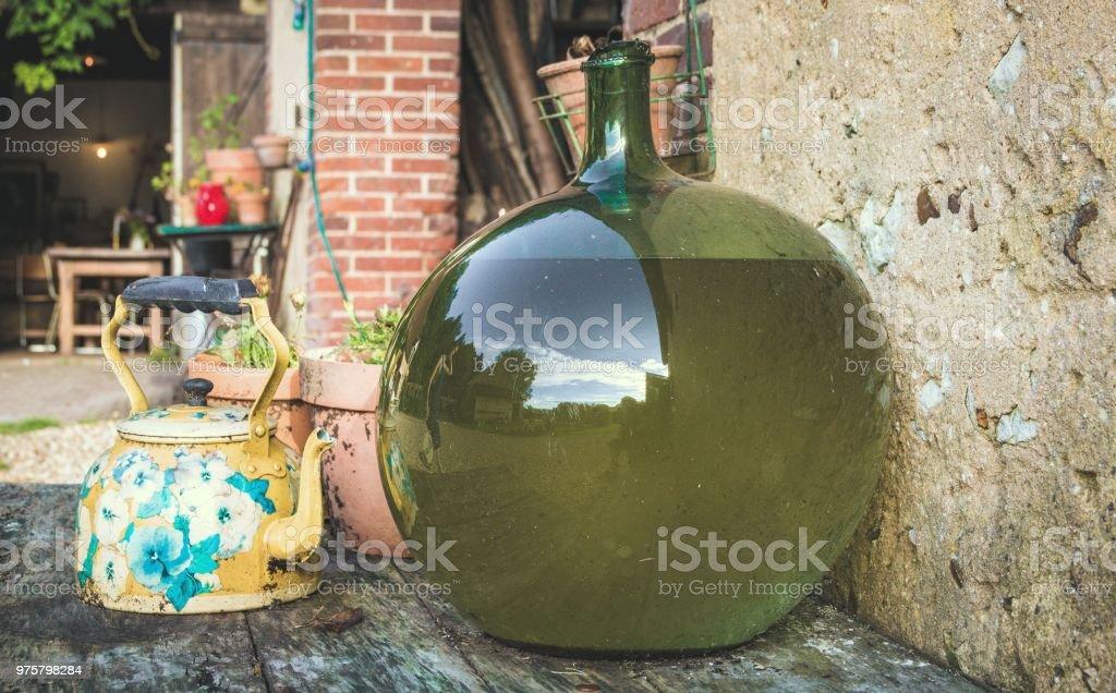 Töpfe und Vasen auf dem Tisch - Lizenzfrei Behälter Stock-Foto