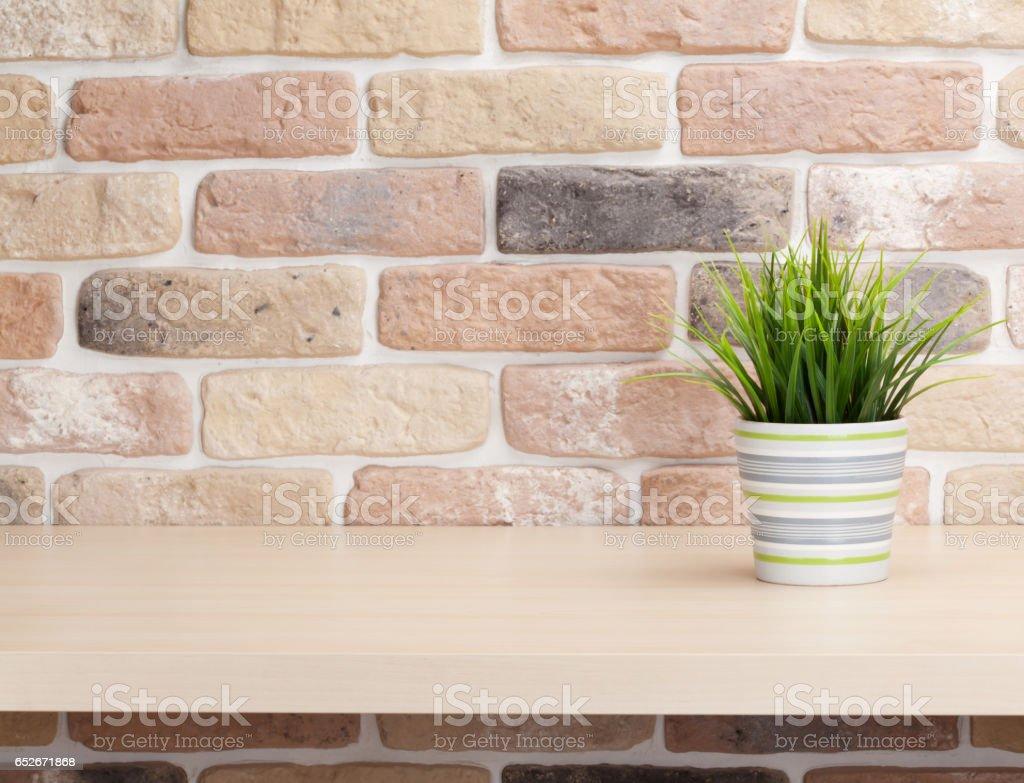 Etagere Sur Mur En Brique photo libre de droit de plantes en pots sur une Étagère