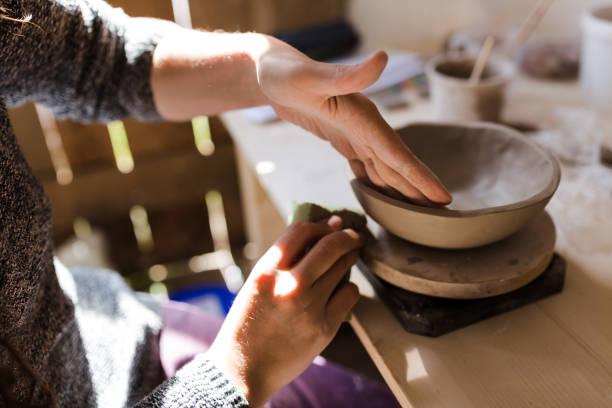 potter bei der arbeit - pilze bestimmen stock-fotos und bilder