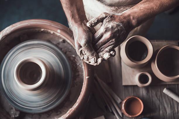 potter no trabalho. - cerâmica artesanato - fotografias e filmes do acervo