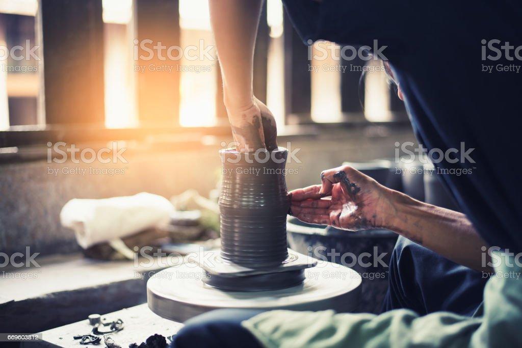 Töpferhand formen weichen Ton, um einen Erdtopf zu machen - Lizenzfrei Arbeiten Stock-Foto