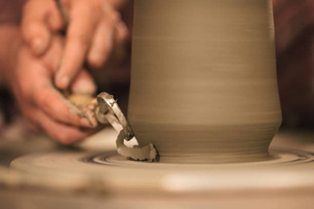 Keramik-Künstler machen eine Form aus Ton – Foto