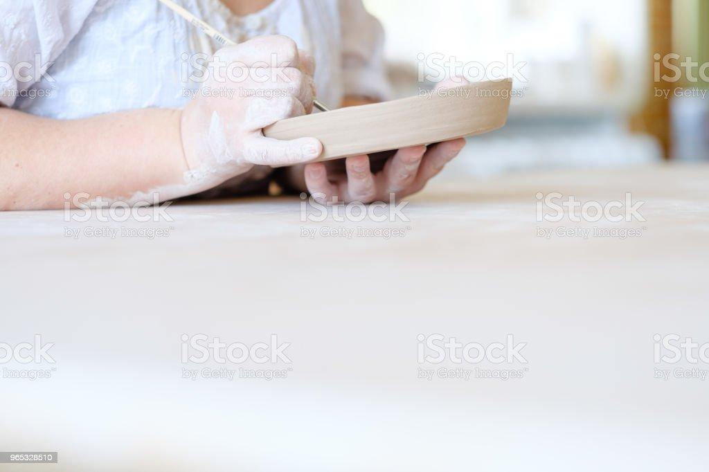 poterie artisanale plaque d'argile à la main peinture hobby - Photo de Art libre de droits