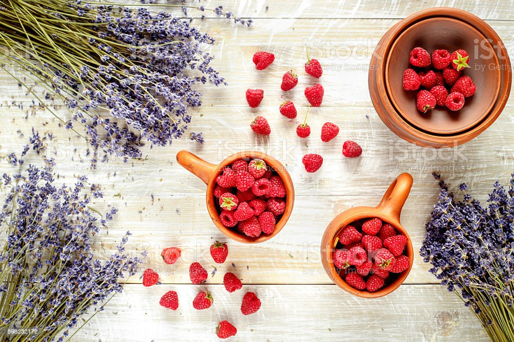 pottery with berries and lavender on wooden table foto royalty-free