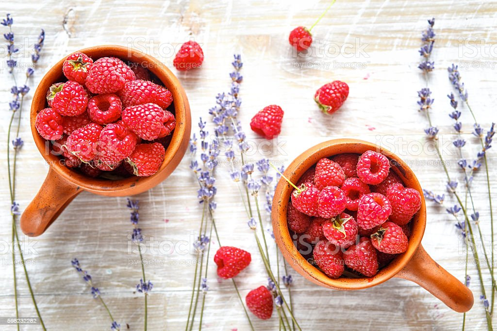 pottery with strawberries and lavender on wooden table foto royalty-free