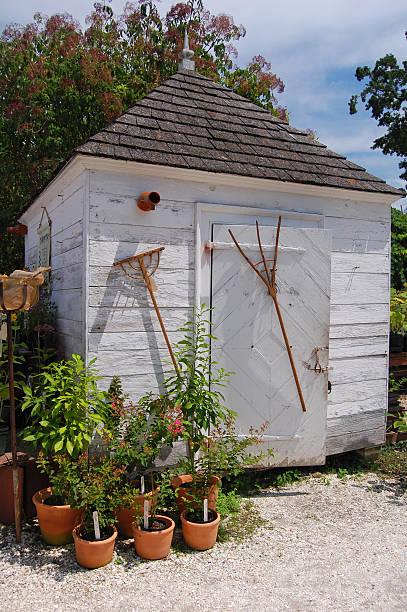 potting shed - rustikaler hinterhof stock-fotos und bilder