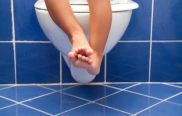 töpfchentraining für kinder - kinder wc stock-fotos und bilder