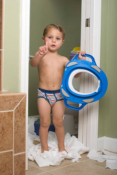 töpfchentraining mit toilette ring signaling warten. - fliesen verlegen stock-fotos und bilder