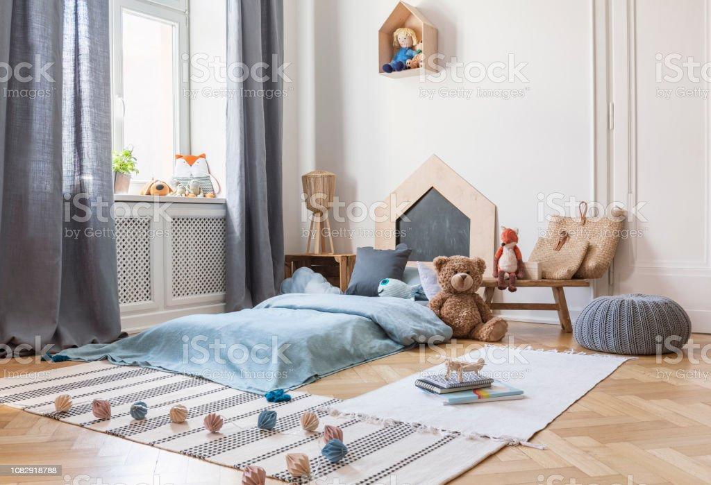 Hocker Teppiche Und Pluschtier In Helles Kind Schlafzimmer Innenraum Mit Fenster Und Blau Bett Echtes Foto Stockfoto Und Mehr Bilder Von Bett Istock