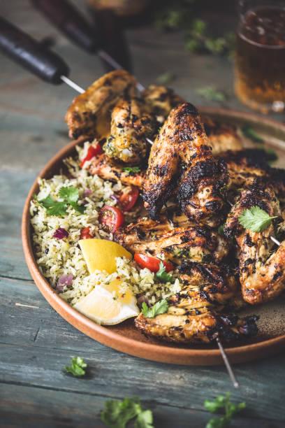 Poulet Chimichurri au barbecue et Salade de Riz épicée Poulet Chimichurri au barbecue et Salade de Riz épicée riz stock pictures, royalty-free photos & images