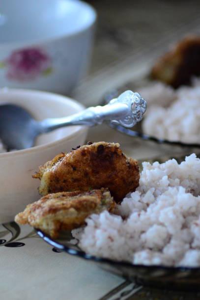 Poulet surprise avec du riz blanc Poulet surprise dans une assiette transparente avec du riz blanc. riz stock pictures, royalty-free photos & images