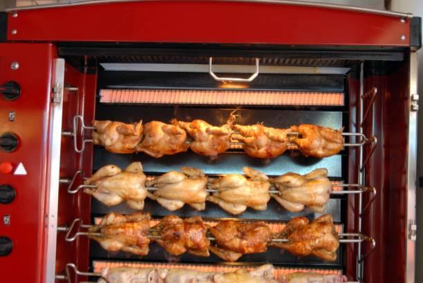 poulets dans une rôtissoire - girarrosto foto e immagini stock