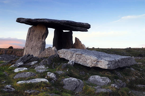 poulnabrone dolmen, the burren, county clare, ireland - the burren stock pictures, royalty-free photos & images