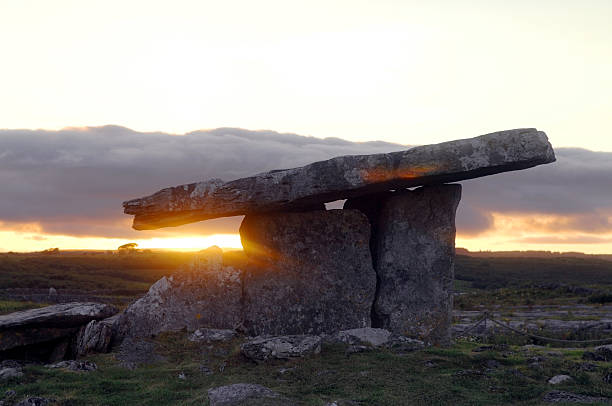 Poulnabrone Dolmen, The Burren, County Clare, Ireland  portal dolmen stock pictures, royalty-free photos & images