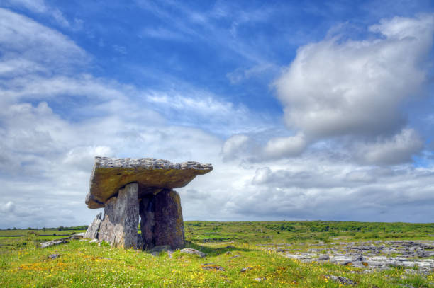 Poulnabrone Dolmen tomb, the Burren, Ireland Poulnabrone Dolmen tomb, the Burren, Ireland portal dolmen stock pictures, royalty-free photos & images