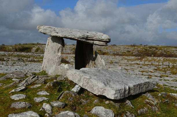 Poulnabrone Portal Tomb near the burren in Ireland Stone remains of Poulnabrone portal tomb. portal dolmen stock pictures, royalty-free photos & images