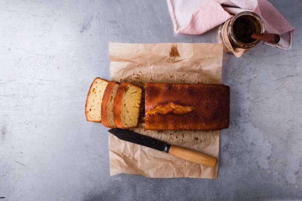 lbs-kuchen auf backblech papier und obst marmelade - brottorte stock-fotos und bilder