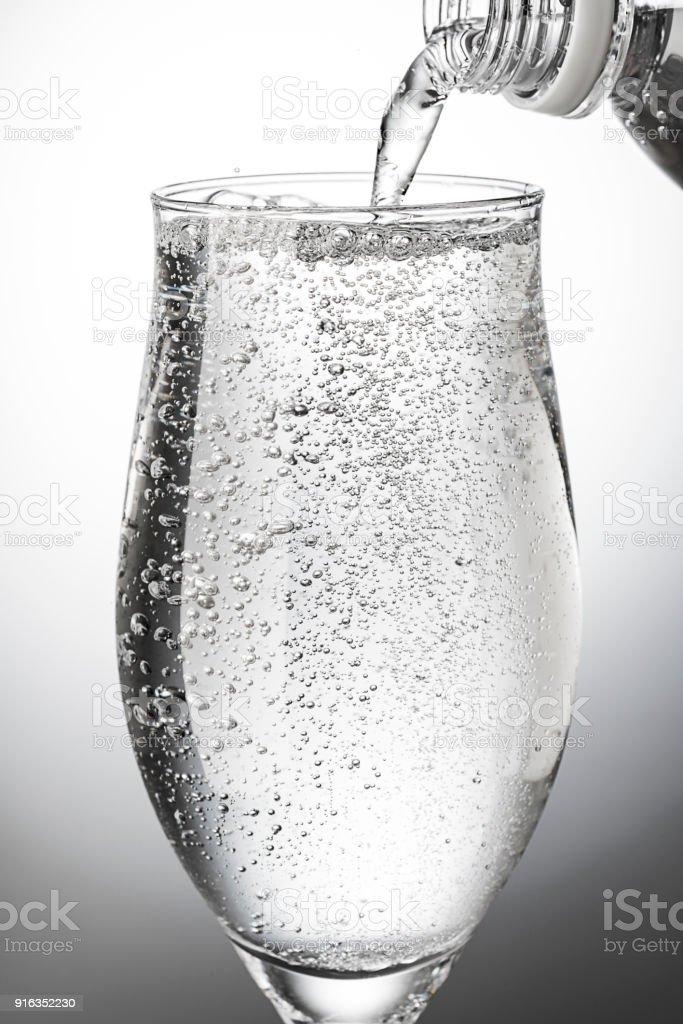 グラスに炭酸水を注ぐ ストックフォト