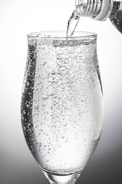 グラスに炭酸水を注ぐ - 炭酸飲料 ストックフォトと画像