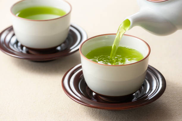 pour green tea - kelly green stock pictures, royalty-free photos & images