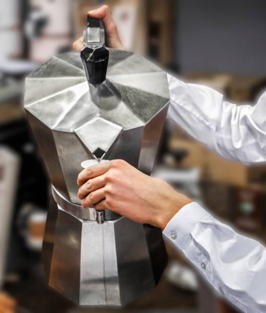 gießen sie moka topf kaffee cafeteria service hintergrund - chrome menü stock-fotos und bilder