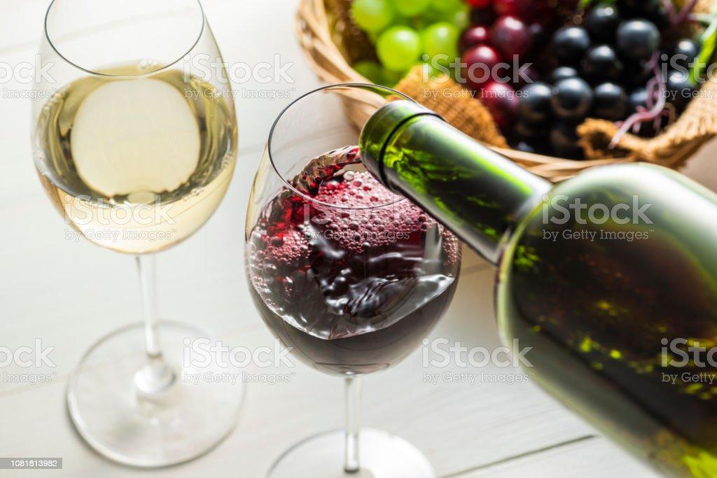 Giet de wijn in het glas - Royalty-free Alcohol Stockfoto