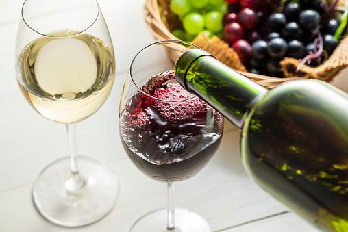 Giet De Wijn In Het Glas Stockfoto en meer beelden van Alcohol
