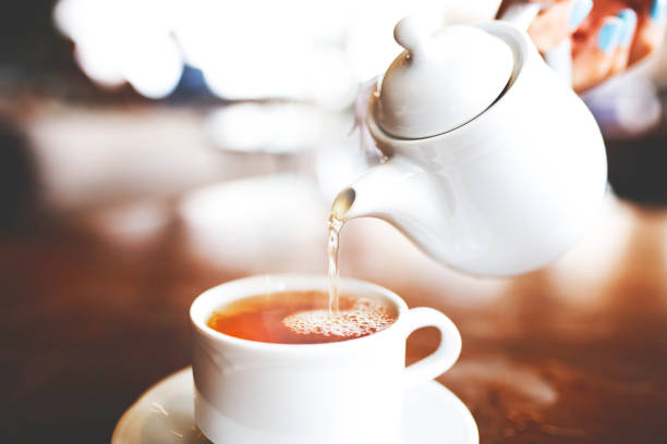 Pouring a Cup of Tea – Foto