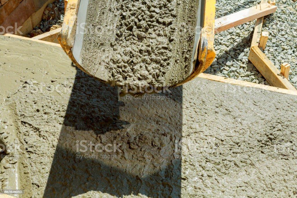 Während des Upgrades Wohnstraße Zement gießen Lizenzfreies stock-foto