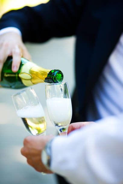 eingießen champagner - trauzeuge glückwünsche stock-fotos und bilder