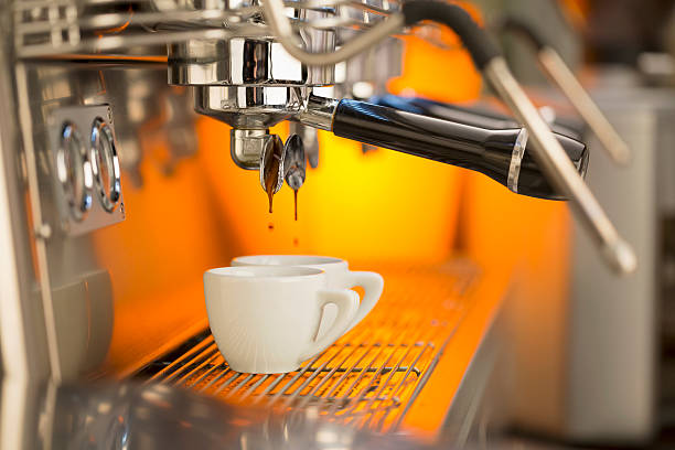 versare il caffè-macchina per il caffè espresso - argento metallo caffettiera foto e immagini stock