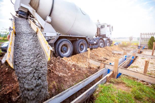 Gießen von Beton für das Fundament des Gebäudes – Foto