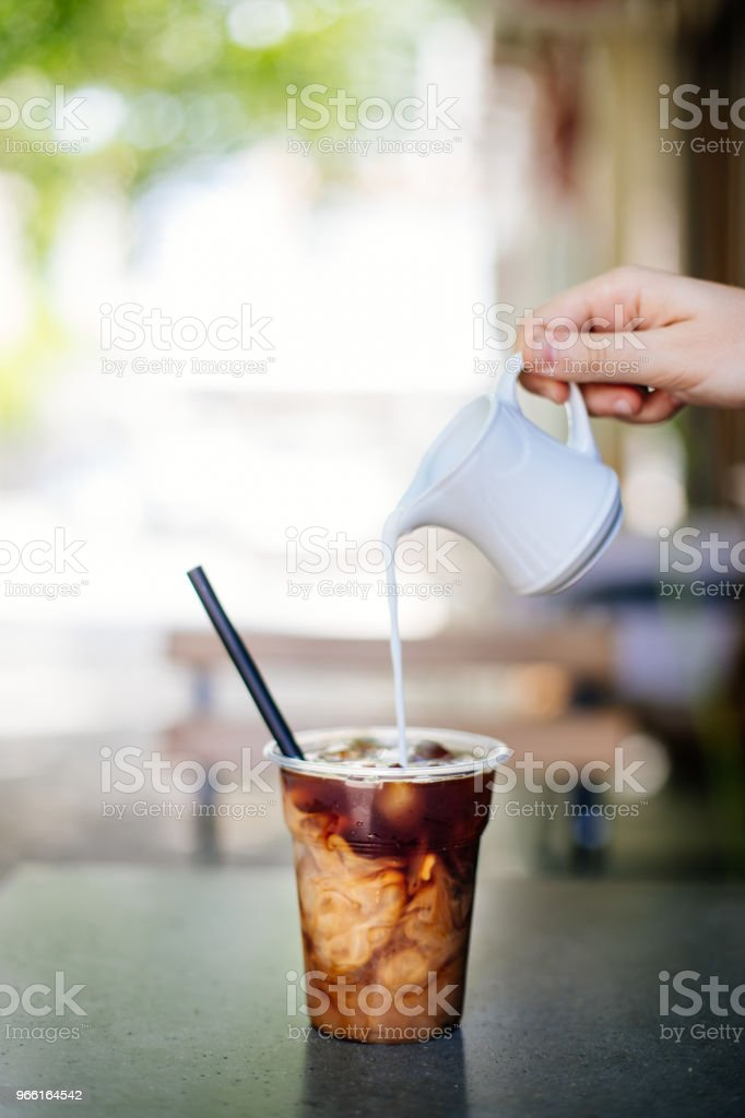 Gieten van room in cold brew koffie - Royalty-free 2017 Stockfoto