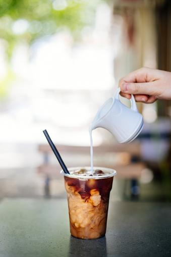 Gieten Van Room In Cold Brew Koffie Stockfoto en meer beelden van 2017