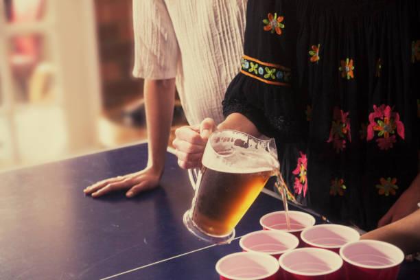 gieten van drankjes op een feestje - beirut stockfoto's en -beelden