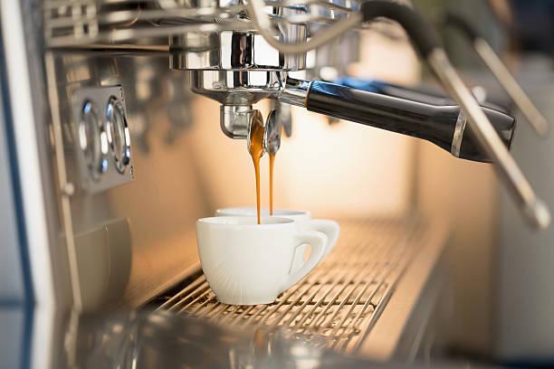 versare il caffè espresso - argento metallo caffettiera foto e immagini stock