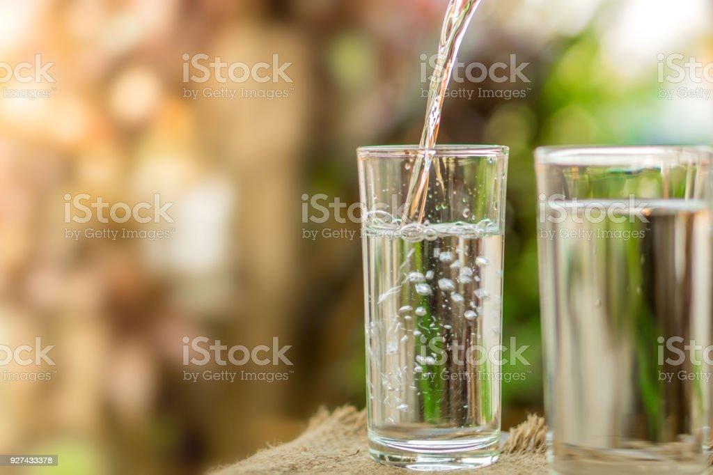 자연 햇빛 아침 배경 위에 신선한 물을 마시는 유리에 붓는 - 로열티 프리 0명 스톡 사진