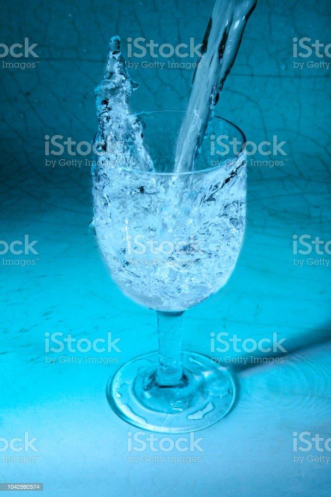 Tatlı su cam sıçramasına dökme stok fotoğrafı
