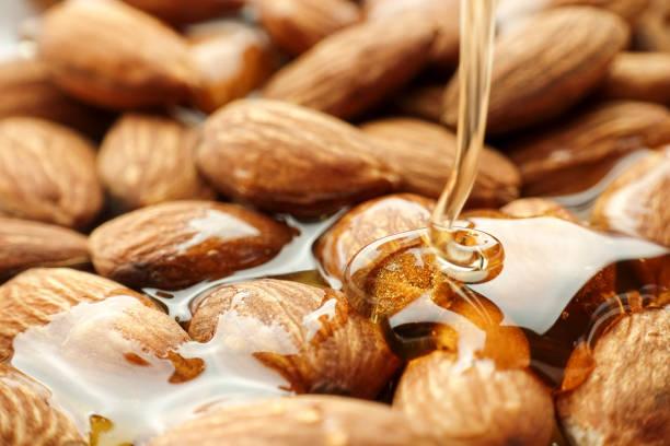 gießen honig auf mandel - honig wirkung stock-fotos und bilder