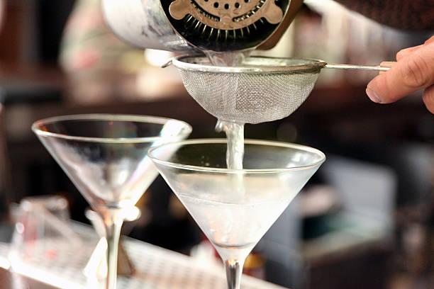 eingießen martinis - cocktails mit wodka stock-fotos und bilder