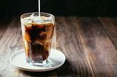 アイス コーヒーにミルクを入れる
